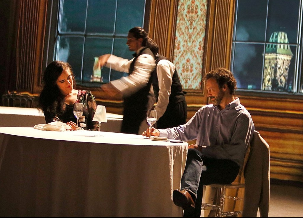 Un altro momento dello spettacolo di Lepage, la scena del ristorante