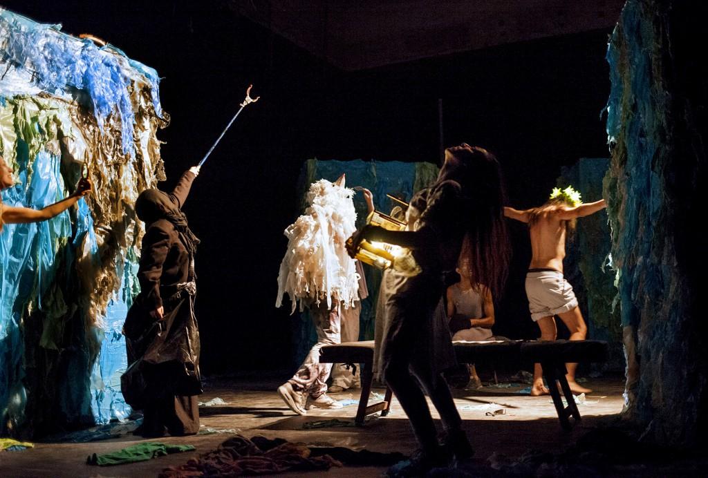 Da sinistra, Annamaria Palomba, Fabrizio Varriale, Ilaria Scarano, Biagio Musella e Damiano Rossi in un altro momento dello spettacolo, presentato da Teatri Associati