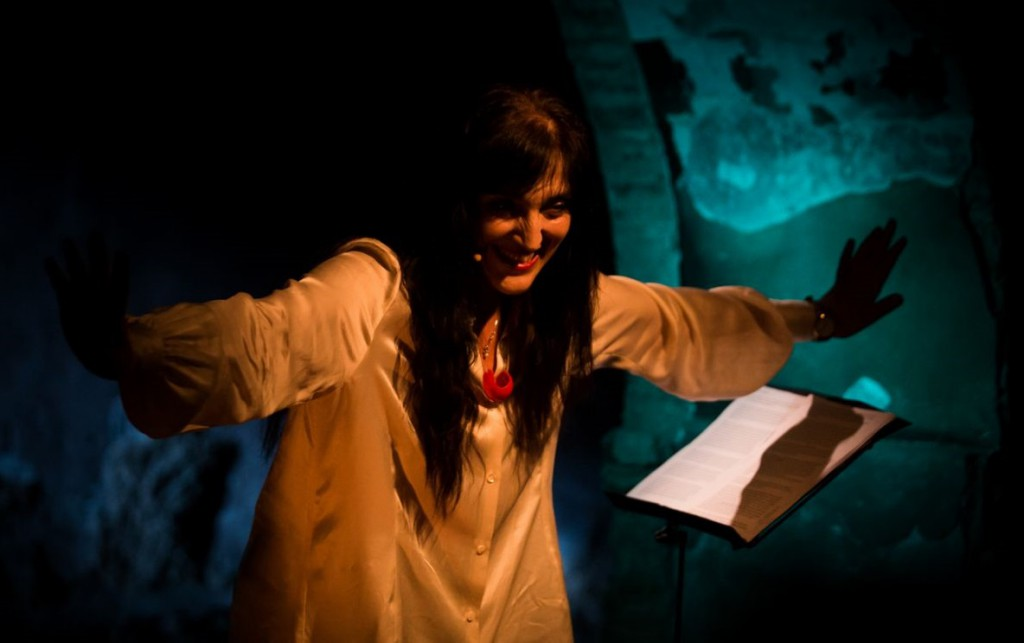 Elena Bucci in un momento di «Lettera al mondo», la performance presentata al Contemporanea Festival (la foto è di Ilaria Costanzo)