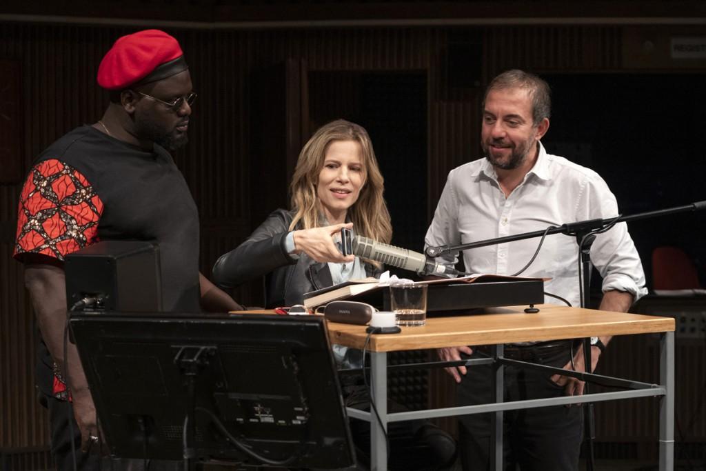 Da sinistra, Tommy Kuti, Sonia Bergamasco e Rosario Lisma in «Ritorno a Reims», in scena al Piccolo Teatro Studio Melato (le foto dello spettacolo che illustrano questo articolo sono di Masiar Pasquali)