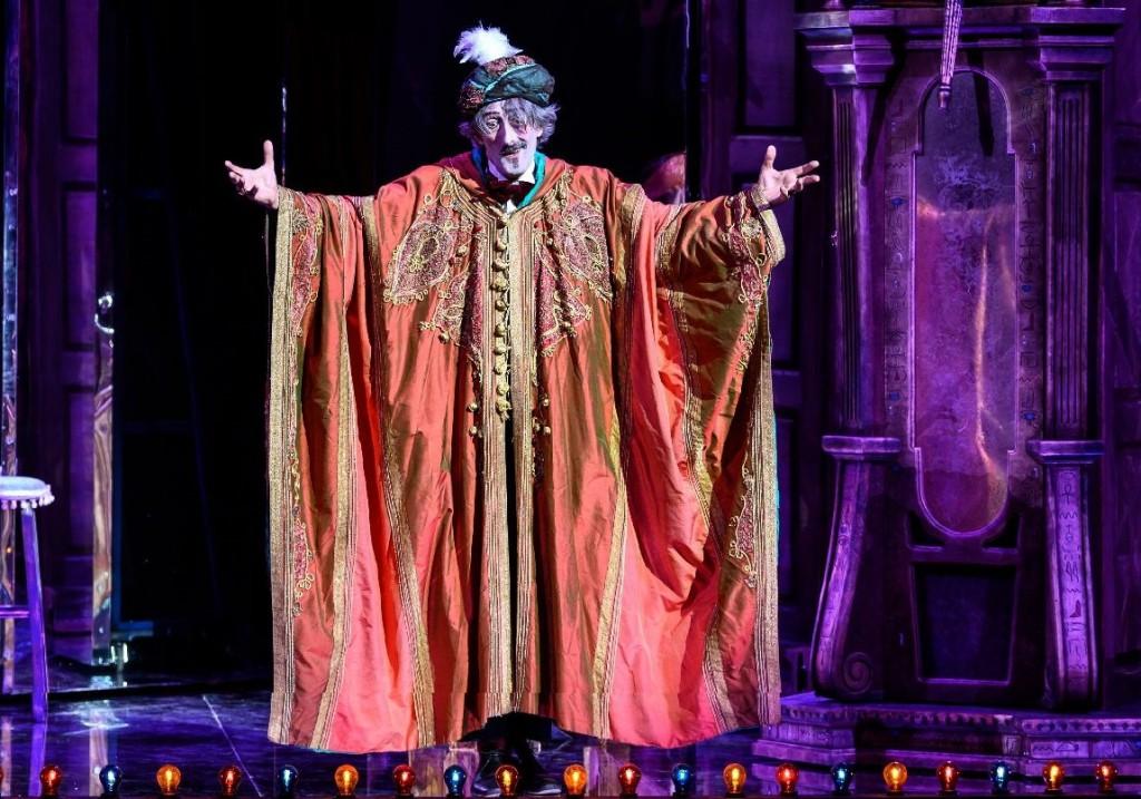 Nando Paone in un momento de «La grande magia», che ha aperto la stagione dello Stabile al San Ferdinando (le foto dello spettacolo che illustrano questo articolo sono di Marco Ghidelli)