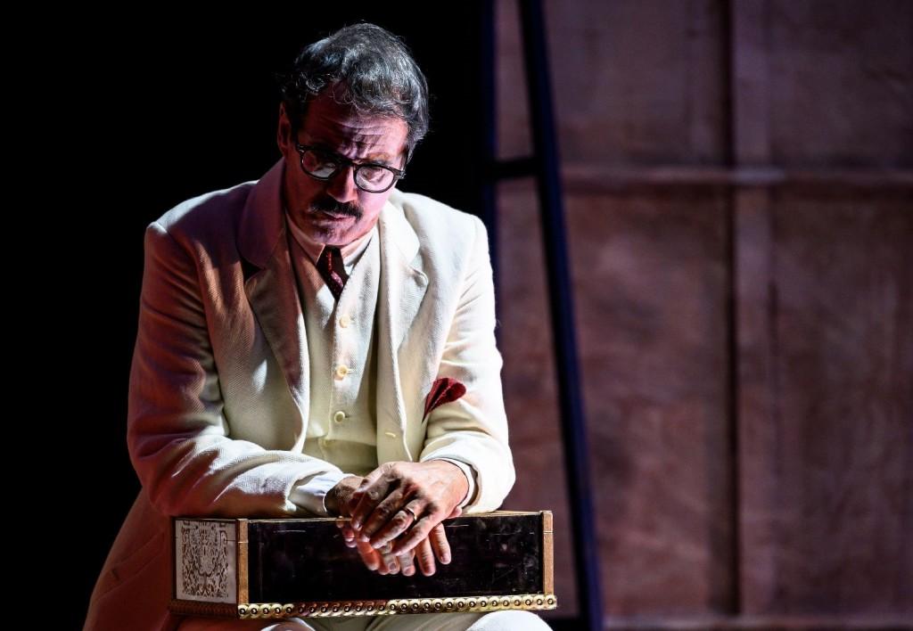Claudio Di Palma in un altro momento dello spettacolo, diretto da Lluís Pasqual