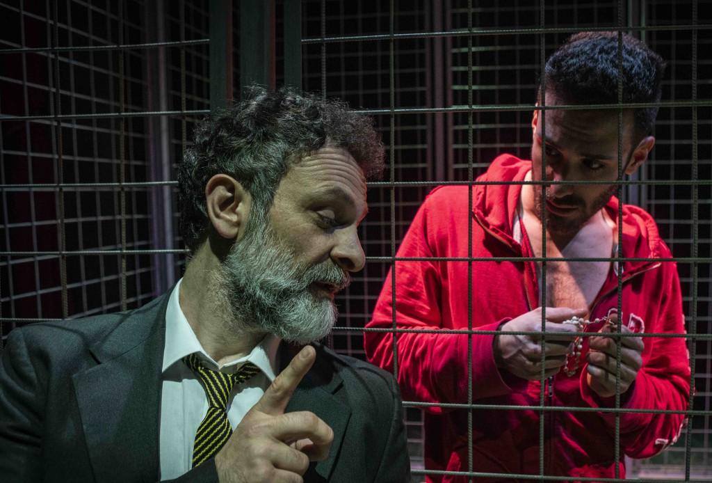 Da sinistra, Ciro Masella e Samuele Picchi in «Tebas Land», il testo di Sergio Blanco presentato nel Teatro di Rifredi (le foto dello spettacolo sono di Marco Borrelli)