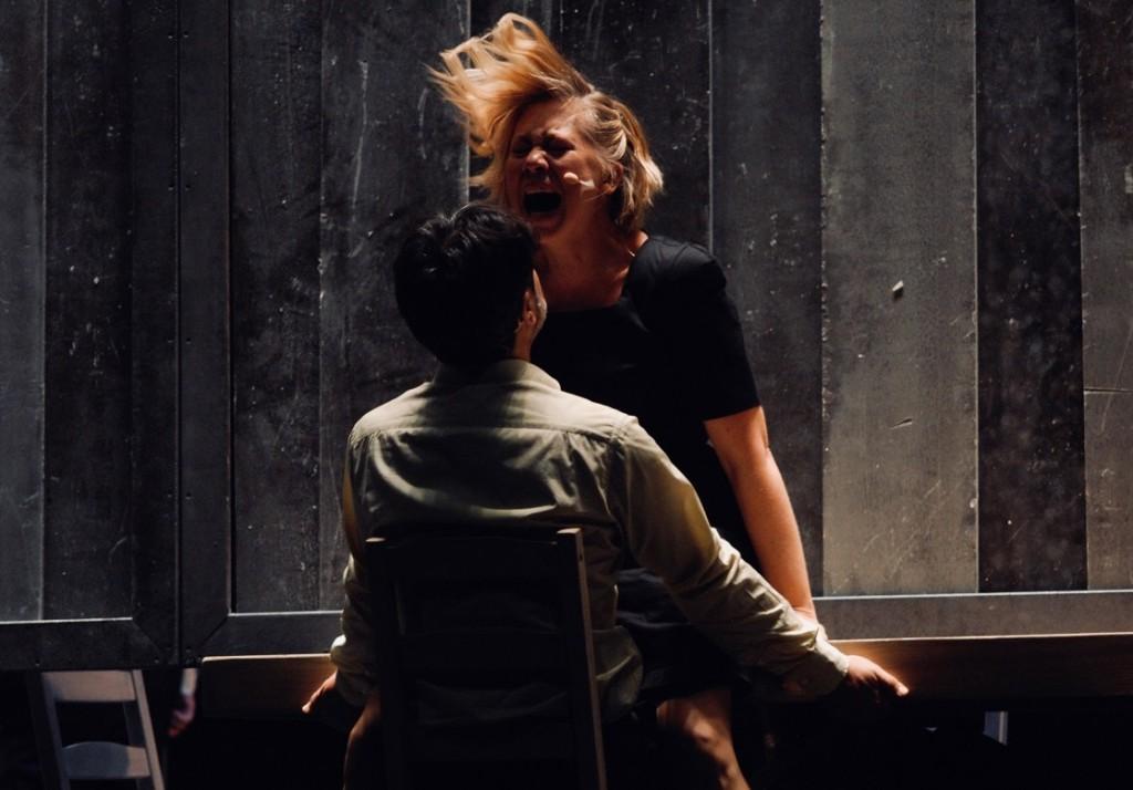 Elisabetta Valgoi e Annibale Pavone in un momento de «La valle dell'Eden», in scena all'Arena del Sole (le foto che illustrano questo articolo sono di Brunella Giolivo)