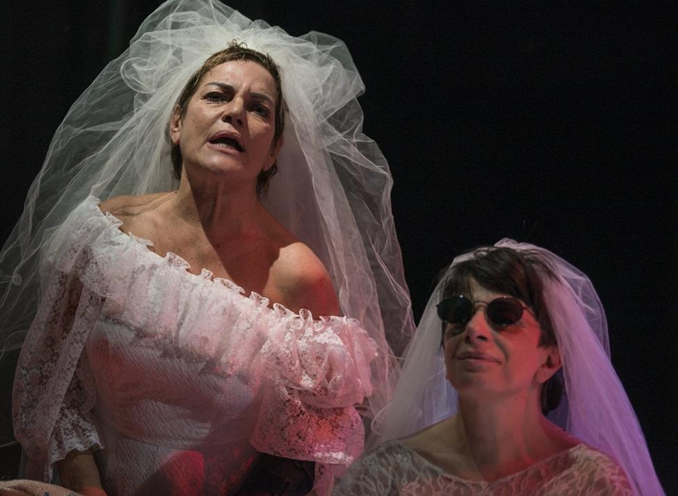 Da sinistra, Cristina Donadio e Lalla Esposito in «Festa al celeste e nubile santuario» (le foto che illustrano questo articolo sono di Pino Miraglia)