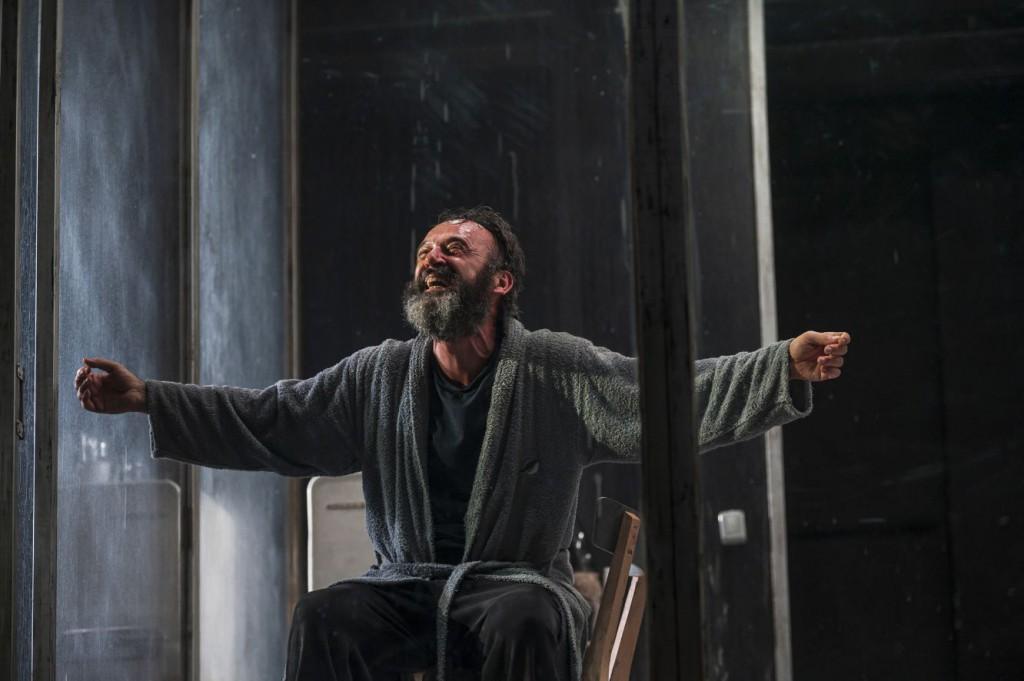 Paolo Pierobon in un momento di «Zio Vanja», in scena al Carignano di Torino con la regia di Kriszta Székely (le foto dello spettacolo che illustrano questo articolo sono di Andrea Macchia)