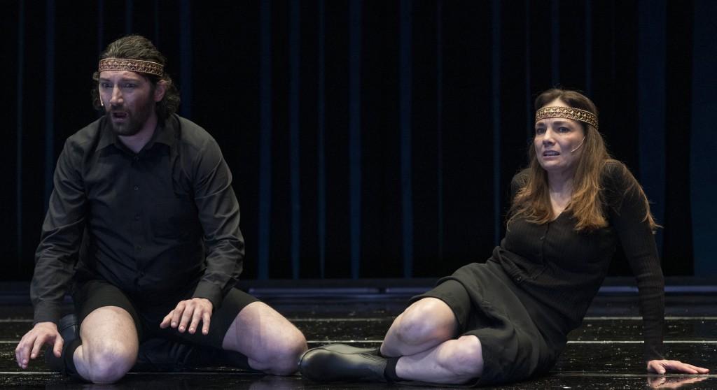 Angelo Di Genio e Maria Pilar Pérez Aspa in un altro momento dello spettacolo, diretto da Carmelo Rifici