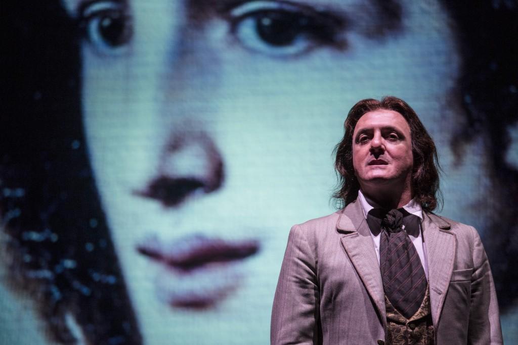 Giovanni Franzoni in un momento di «Atti osceni. I tre processi di Oscar Wilde», in scena al Bellini (le foto che illustrano questo articolo sono di Laila Pozzo)