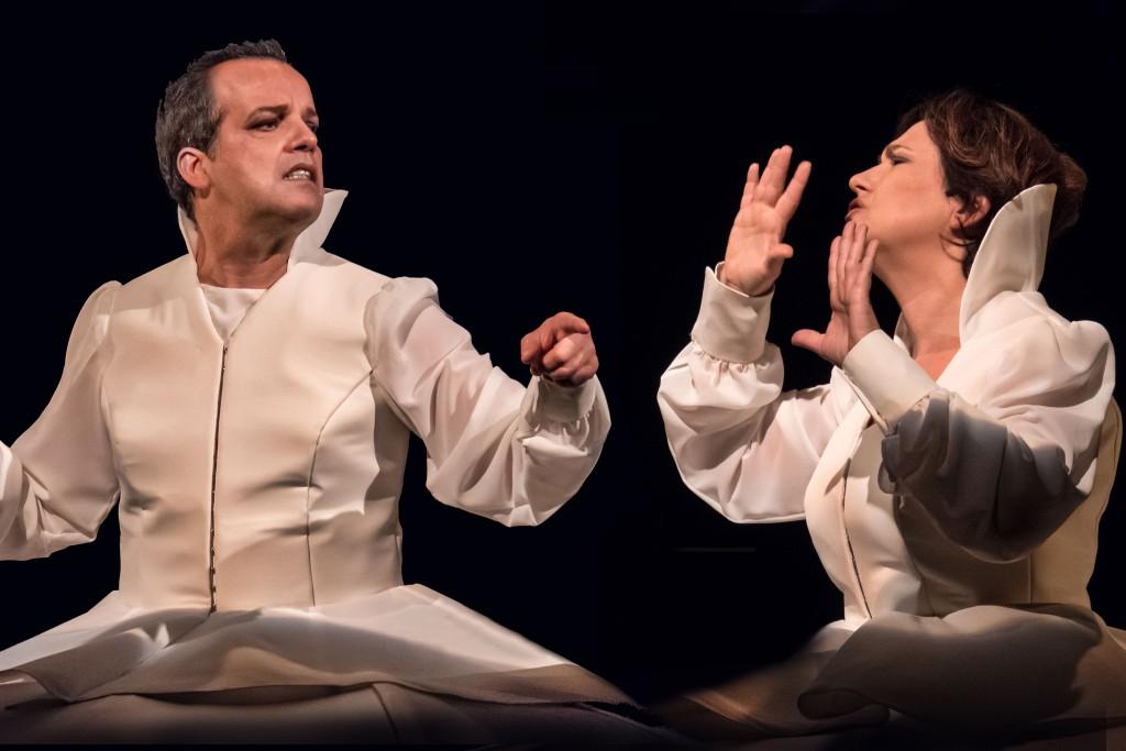 Mario Perrotta e Paola Roscioli in un momento di «Della madre», in scena al Piccolo Teatro Studio Melato (le foto che illustrano questo articolo sono di Luigi Burroni)