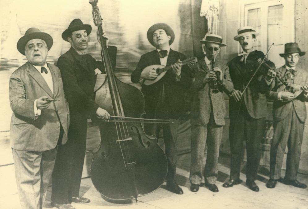Raffaele Viviani (il secondo da sinistra) in un momento del suo allestimento de «La musica dei ciechi»