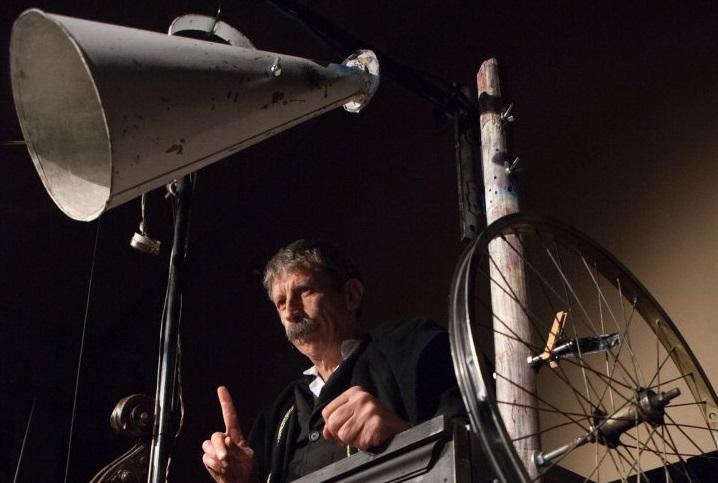 Roberto Abbiati in un momento di «Circo Kafka», in scena al Magnolfi di Prato (le foto che illustrano questo articolo sono di Lucia Baldini)