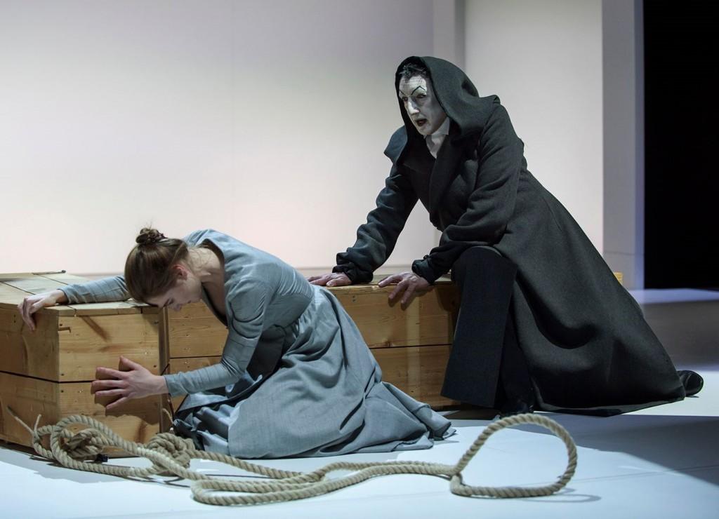 Leda Kreider e Sandro Lombardi in un altro momento dello spettacolo, diretto da Federico Tiezzi
