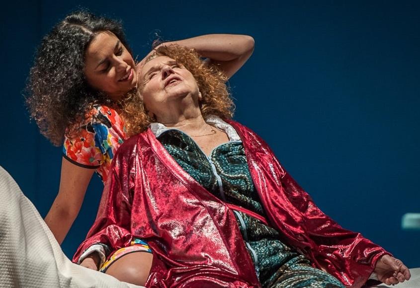 Da sinistra, Michela Atzeni e Maria Grazia Sughi in un altro momento dello spettacolo, diretto da Davide Iodice