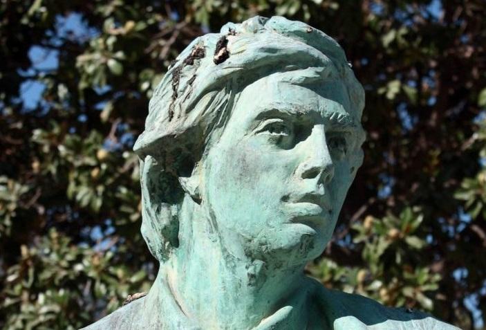 Il busto di Annibale Ruccello, scolpito da Antonio Gargiulo e collocato nella villa comunale di Castellammare