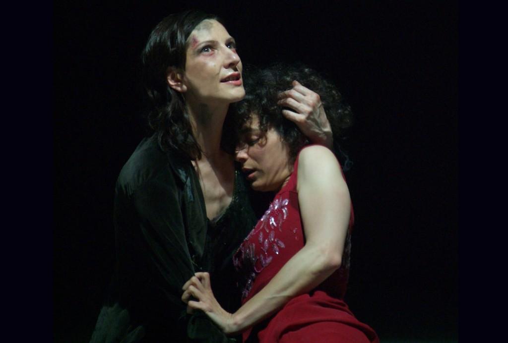 Da sinistra, Frédérique Loliée e Moira Grassi in un momento dell'«Elettra» di Hofmannsthal diretta da Andrea De Rosa