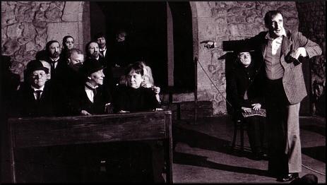 Tadeusz Kantor mentre dirige gli attori de «La classe morta»