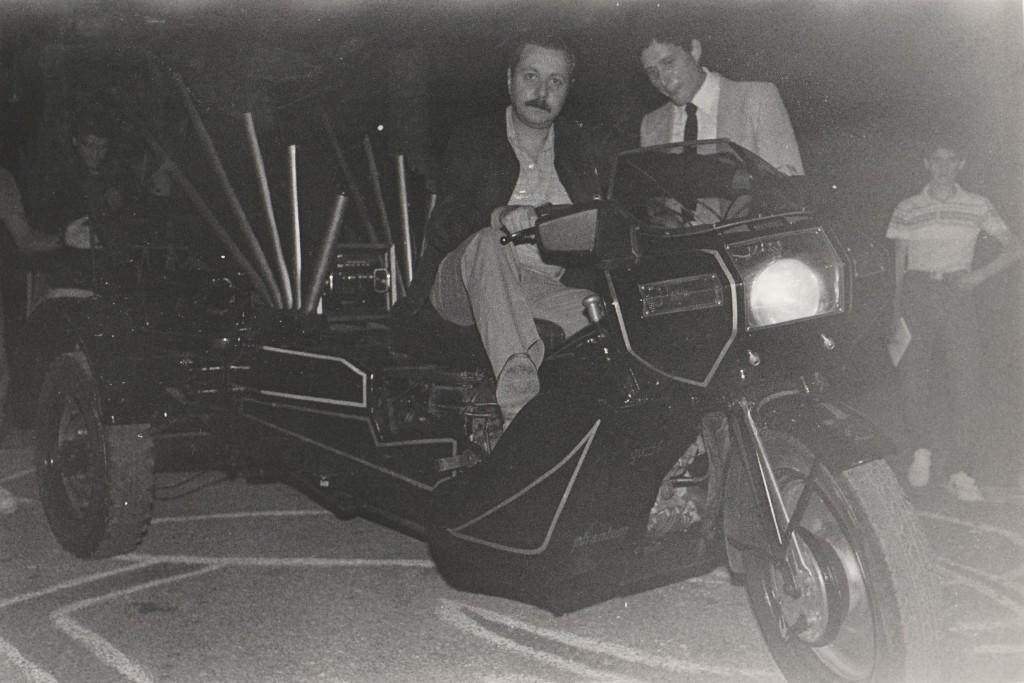 Qui sono in groppa all'«ippogrifo» ideato da Vittorio Lucariello per il Settembre al Borgo 1984 (la foto è di Franz d'Ajello)