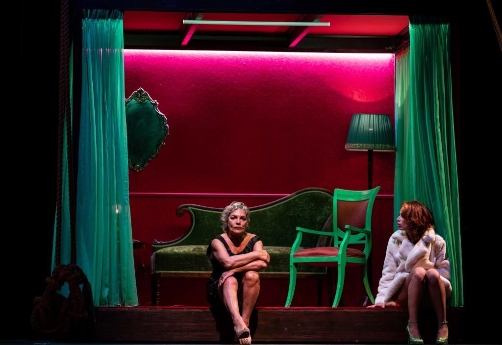 Da sinistra, Cristina Donadio e Irene Petris in un altro momento dello spettacolo