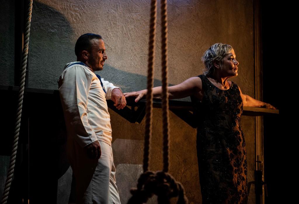 Francesco Di Leva e Cristina Donadio in un momento de «La Chunga», in scena nel cortile del Maschio Angioino (le foto che illustrano questo articolo sono di Marco Ghidelli)