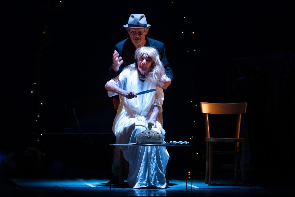 Stefano Randisi ed Enzo Vetrano in un altro momento dello spettacolo, dato nell'ambito del Napoli Teatro Festival Italia